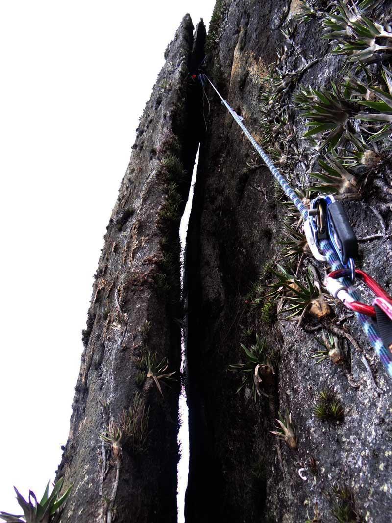 A chaminé final era uma laca de 60 metros de altura encostada na montanha, formando uma chaminé. Foto: Edemilson Padilha